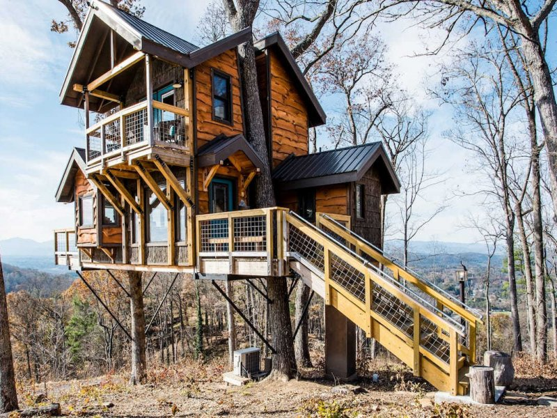 Home built like a treehouse overlooking the mountains