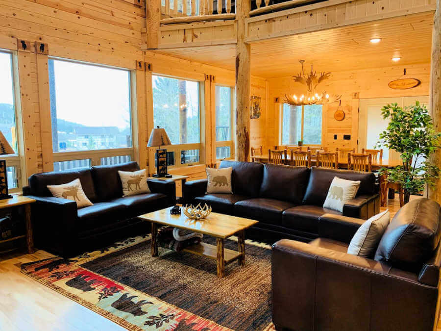living room with leather chairs in yellowstone vacation rental
