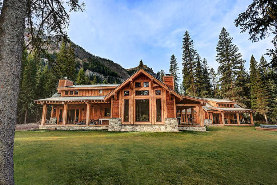 luxury Yellowstone airbnb cabin rental